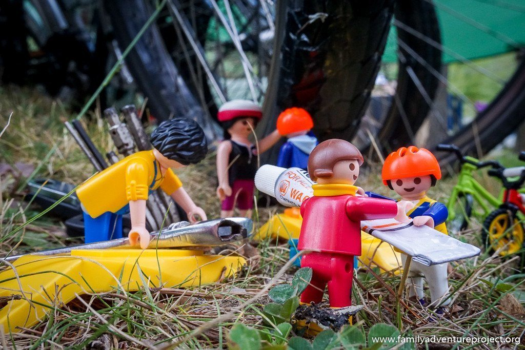 Playmobil Family Fixing a puncture